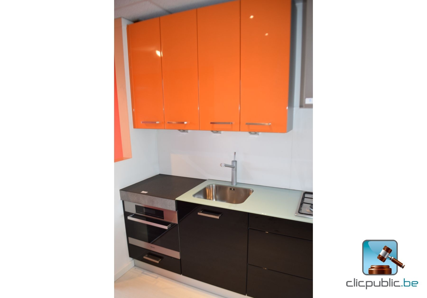 furnished kitchen orange et noir plan de travail topglass